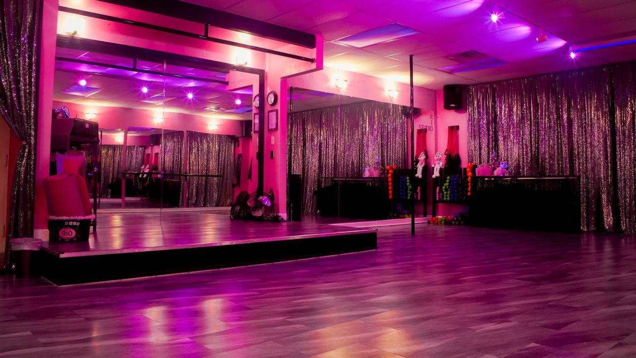 2019-1222-Twisted-Fitness-Fitness-Room-Black-Pink-Lights-2673-1920×1080-COMPRESSED
